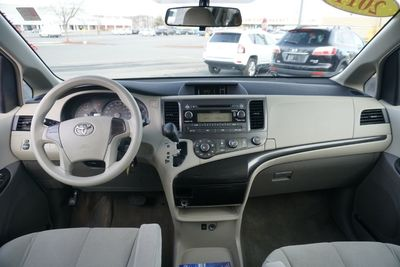 2011 Toyota Sienna LE, 7 PASSENGERS